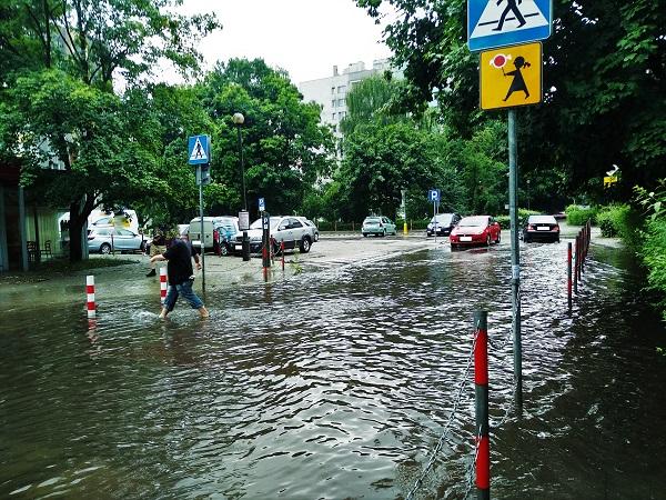 9 lipca 2021 r. Postępująca z roku na rok zabudowa okolic osiedla Podwawelskiego. Po kilku minutach deszczu ulica Komandosów tonie w wodzie