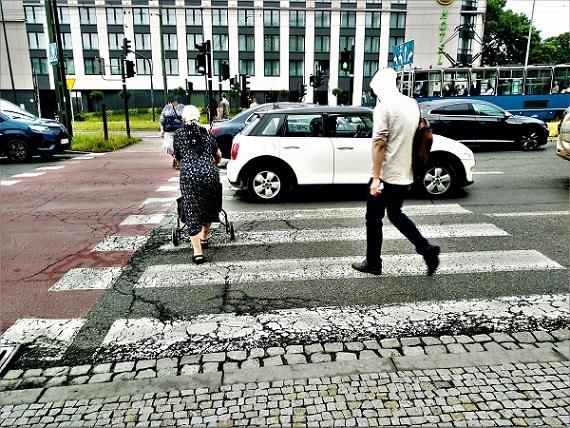 Mieszkania dla seniorów LGBT w Krakowie. Rondo Grunwaldzkie w Krakowie. Piesi próbują przejść na zielonym przez pasy